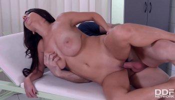 Hot busty Tomb Ryder Lara Croft (Rachel Starr) vs. skillful Snake Plisken